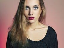 背景白肤金发的蓝眼睛highkey射击了工作室白人妇女年轻人 美丽的白肤金发的女孩 库存照片