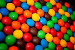 背景的五颜六色的耐嚼的糖衣杏仁 免版税图库摄影