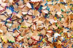 背景的五颜六色的铅笔削片 库存图片
