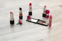 背景的化妆用品 构成刷子和化妆用品,在白色,另外构成刷子背景 免版税库存图片
