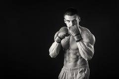 黑背景的坚强的拳击手 免版税库存图片