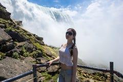 背景的尼亚加拉瀑布女孩 免版税库存图片