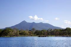 背景的尼加拉瓜湖一座活火山康塞普西翁角 免版税库存照片