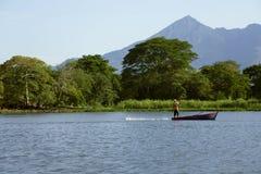 背景的尼加拉瓜湖一座活火山康塞普西翁角 库存照片