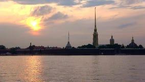 背景的彼得和保罗堡垒覆盖日落timelapse 彼得斯堡俄国st 影视素材