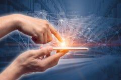背景的手接触智能手机未来国际商业连接后勤图表 图库摄影
