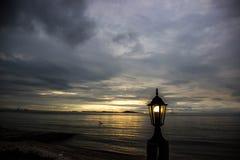 背景的海滩灯 免版税库存图片