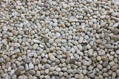 背景的白色圆的岩石 免版税库存图片