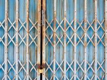 背景的老蓝色钢门 库存照片