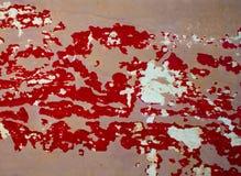 背景的脏的被绘的木纹理 红色和灰棕色被抓的油漆 免版税库存图片