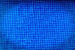 背景的蓝色游泳池 库存图片