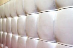 背景的装缨球白革床头板纹理 免版税库存照片