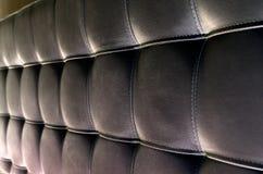 背景的装缨球皮革床头板纹理 库存照片