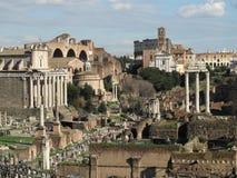 背景的Foro罗马和大剧场 免版税库存照片