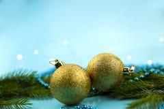 背景看板卡祝贺邀请 金黄球和Â和蓝色小珠,绿色云杉的分支 免版税库存图片