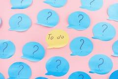 背景看板卡问候页贴纸模板普遍性万维网 在蓝纸写的问号 要做的词组在中心,在橙色贴纸 图库摄影