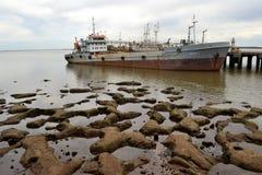 背景码头捕鱼船拖网渔船 库存图片