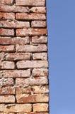 背景砖坏的脏的老墙壁 库存图片