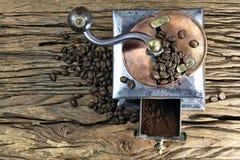 背景磨咖啡器查出的白色 免版税库存图片