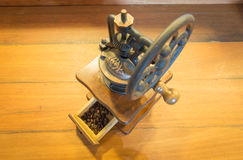 背景磨咖啡器查出的白色 免版税图库摄影