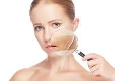 背景秀丽概念灰色程序皮肤skincare妇女年轻人 秀丽少妇皮肤有放大器的在做法前后 免版税库存照片