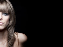背景秀丽黑色白肤金发的纵向妇女 图库摄影
