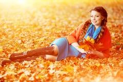 背景秋天树风景叶子的秋天妇女  女孩 图库摄影