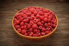 背景空白碗的莓 库存图片