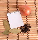 背景空白笔记本加香料木 免版税库存照片