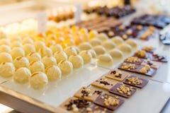 背景糖果巧克力切开查出的白色 免版税库存照片