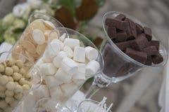 背景糖果巧克力切开查出的白色 免版税库存图片