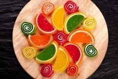 背景糖果柑橘表单果子查出果冻空白果冻的腹片 结冻在形式腹片的糖果柑橘在黑暗的背景 顶视图 库存照片