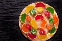 背景糖果柑橘表单果子查出果冻空白果冻的腹片 结冻在形式腹片的糖果柑橘在黑暗的背景 顶视图 图库摄影