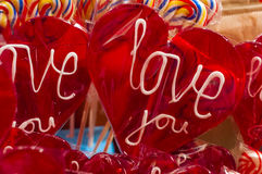背景糖果查出在红色唯一文本白色的lollypop 与裁减路线的一个我爱你冰棍 免版税库存照片