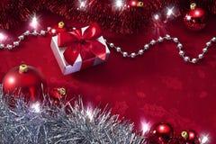 背景红色的圣诞灯 免版税库存照片