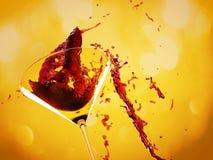 背景红色飞溅白葡萄酒 库存照片