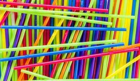 背景纹理混乱的堆五颜六色的塑料秸杆 免版税库存图片