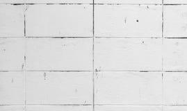 背景纹理的老土气肮脏的白色砖块墙壁 免版税库存图片