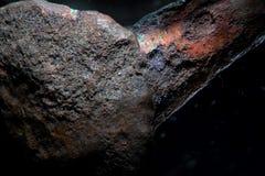 背景纹理腐蚀了古老铜钉子金属  由显微镜的粗砺的成颗粒状的表面超级宏观特写镜头 库存照片
