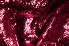 背景纹理,样式 与paillettes的布料红色褐紫红色 免版税图库摄影