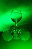 背景绿色三葡萄酒杯 免版税库存照片