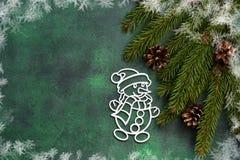 背景绿色新年度 与雪人的新年装饰 免版税图库摄影