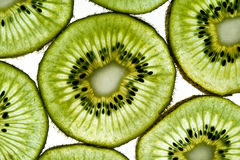 背景绿色猕猴桃切白色 免版税图库摄影