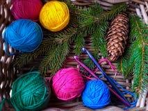 背景编织红色的圣诞节礼品 免版税库存照片