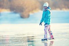 背景美丽的冷去的冰查出轻的自然滑冰的白人妇女 女孩在一个自然结冰的湖滑冰 免版税库存图片
