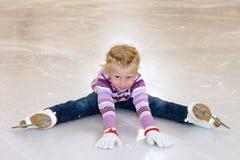 背景美丽的冷去的冰查出轻的自然滑冰的白人妇女 小女孩坐在滑冰的冰 图库摄影