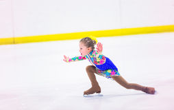 背景美丽的冷去的冰查出轻的自然滑冰的白人妇女 免版税库存照片