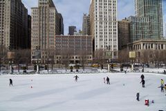 背景美丽的冷去的冰查出轻的自然滑冰的白人妇女 图库摄影