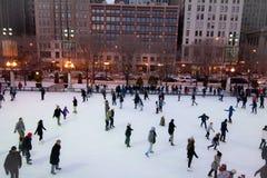 背景美丽的冷去的冰查出轻的自然滑冰的白人妇女 免版税库存图片