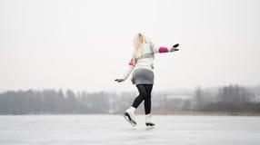 背景美丽的冷去的冰查出轻的自然滑冰的白人妇女 免版税图库摄影